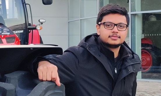 A  RUBIKA Indian student draws the cars of the future during his internship in Beauvais.